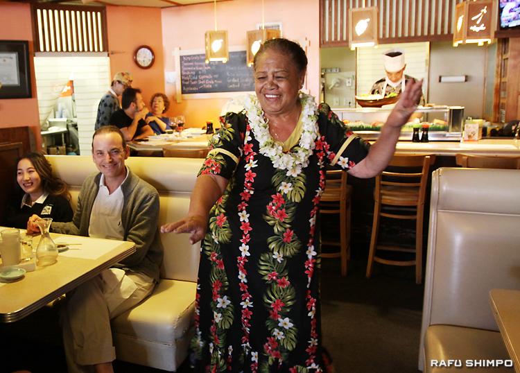 フラダンスを踊り、店内を練り歩くアンティーさん