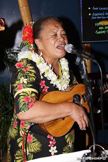 ウクレレを演奏しハワイ伝統の曲を披露するアンティーさん
