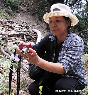 クラスで習った花の接写を行う生徒の佐藤芳江さん