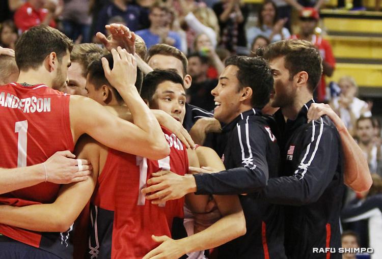 チームメートと抱き合って勝利を祝福するショウジ・ブラザーズ(中央)