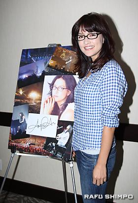 アンジェラ・アキは、コンサーで新曲を披露することを約束した
