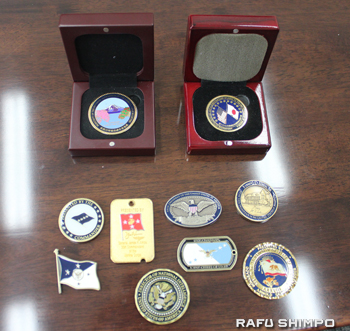 オバマ大統領やバイデン副大統領、アーノルド・シュワルツェネッガー前カリフォルニア州知事など、藤崎氏が駐米大使時代に交換したメダルの数々。上段右が駐米大使時代のメダル。日米協会会長就任時に作成したメダル(上段左)には桜がデザインされている