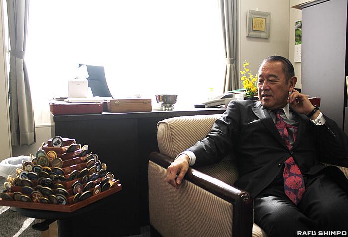 教授室にはオバマ大統領など米要人たちとあいさつ代わりに交換してきた日米交流の証の記念メダルが飾られている