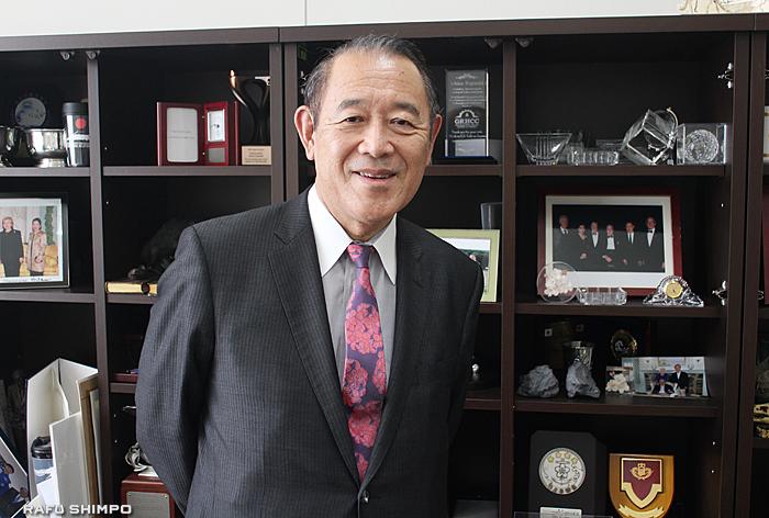 現在、上智大学で特別招聘教授を務める藤崎氏。教授室には駐米大使時代に歴代米大統領と撮影した写真などが飾られている