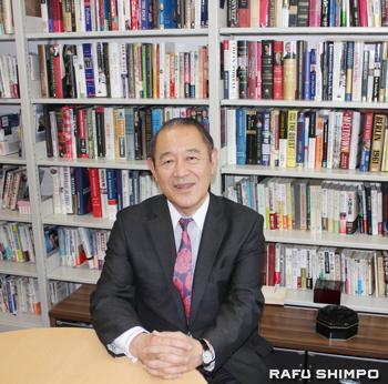 たくさんの書籍に囲まれた上智大学の研究室。ここでコーヒーアワーを設け藤崎氏と学生が議論できる場を提供。コーヒーを飲みながら学生と国際情勢や自身の外交官としての経験などを話している