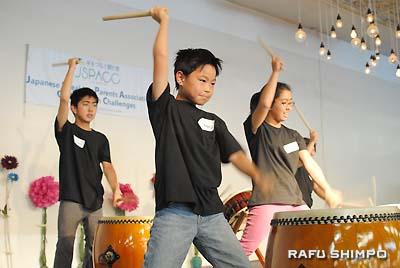 力強い太鼓の演奏を披露した(左から)磯崎レイモンドくん、駒井優雅くん、竹内愛理ちゃん