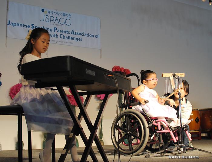 ピアノとパーカッションで2曲を披露した南咲妃ちゃん(左)と大木りざちゃん