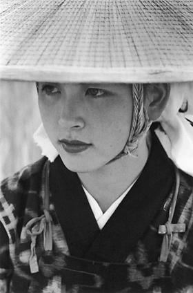 秋田県大曲で撮影した「秋田おばこ」。写真=木村伊兵衛、1953年