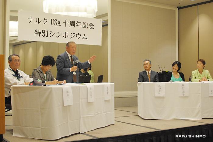 シンポジウムで「55歳からの生活の質」について見解を述べるナルクの高畑会長(中央)。パネリストは(右から)ウイルハイト会長、福山さん、小谷さん、青木さん、仲さん