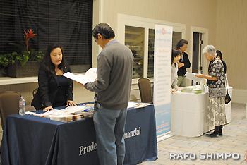会場には保険や介護ホーム、葬儀社、弁護士などのブースが並び、参加者は立ち寄って情報を得ていた