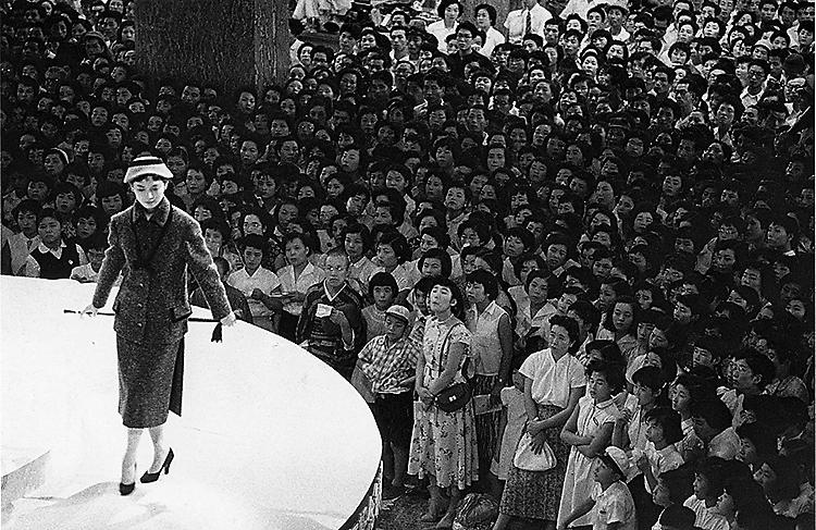 東京・日本橋の三越デパートで催されたファッションショー。写真=長野重一、1956年