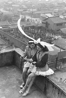 東京の浅草国際劇場の屋上で休憩する2人のSKDダンサー。写真=田沼武能、1949年