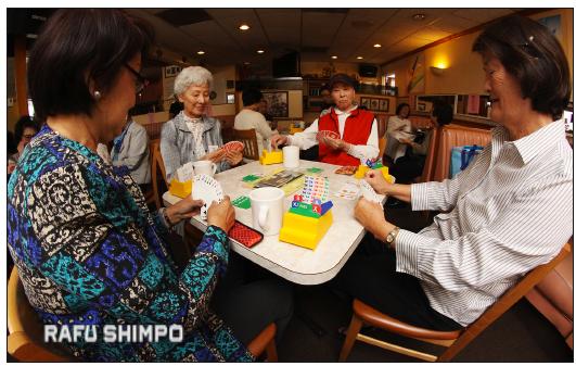 From left: Kumiko Kusumoto, Yoko Izumi, Akiyo Kawabe and Joyce Kimura play duplicate bridge at Cherrystones in Gardena. (MARIO G. REYES/Rafu Shimpo)