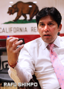 De Leon speaks at his office in the Silver Lake district. (MARIO G. REYES/Rafu Shimpo)