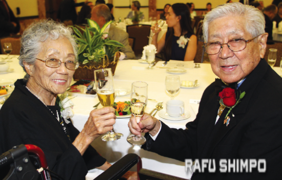 Hershey Miyamura and his wife Terry, who passed away last December. (MARIO G. REYES/Rafu Shimpo)