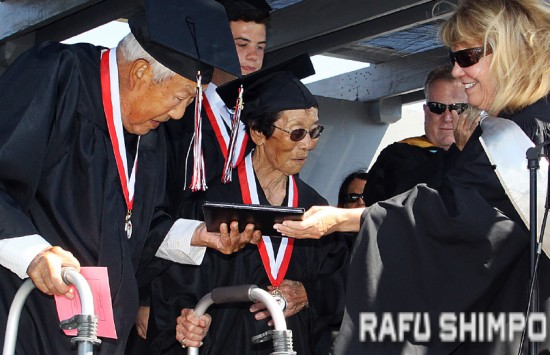 "George and Mitsuye ""Miko"" Kaihara receive their diplomas from Tustin USD Board of Education President Francine Scinto. (MARIO G. REYES/Rafu Shimpo)"
