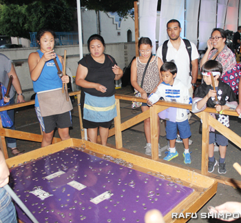 西本願寺でゲームを楽しむ子どもたち