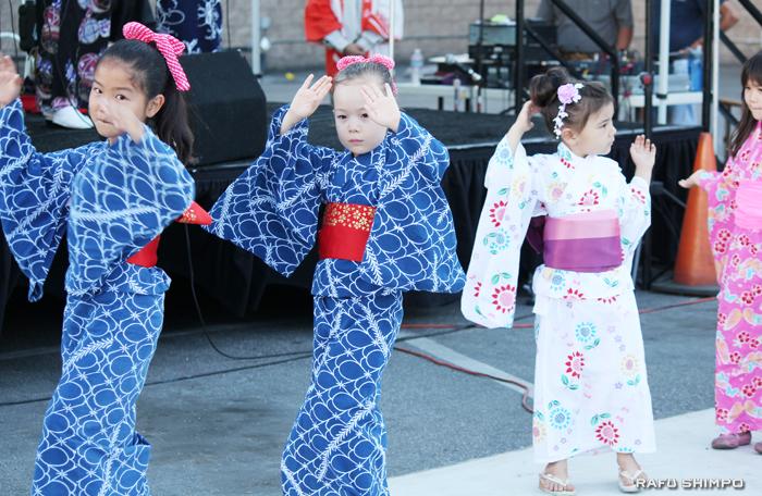 浴衣姿で禅宗寺の盆踊りを楽しむ子どもたち