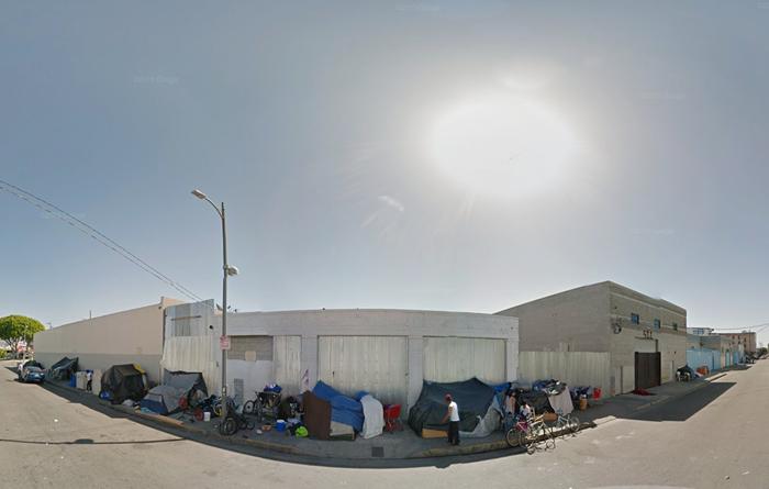LA市内の歩道には至る所にホームレスが寝泊まりするテントが張られている
