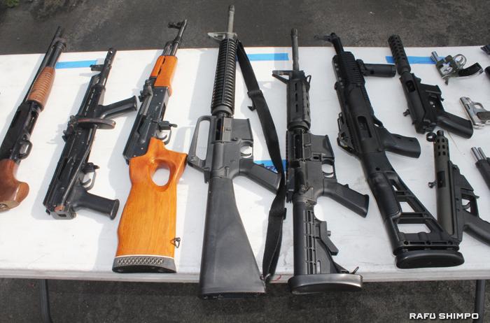 銃犯罪防止のためLA市で実施されている銃の回収キャンペーンで集まったライフルなど
