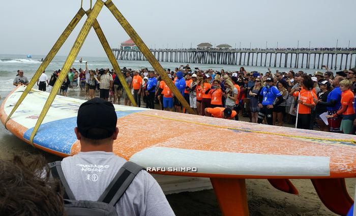 全長42フィート(約13メートル)巨大なサーフボード自体も世界最長に認定された