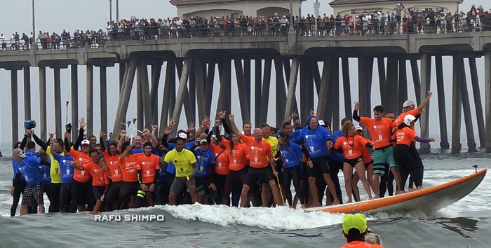 66人のサーファーが巨大サーフボードで波に乗った