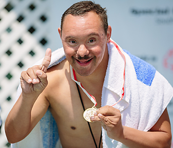 メダルを手に喜ぶ競泳のアスリート©Cory Hansen