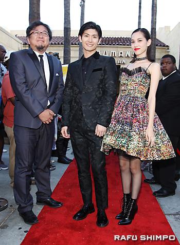 実写映画「進撃の巨人」のワールドプレミアで、レッドカーペットに登場した(左から)樋口真嗣監督、三浦春馬、水原希子