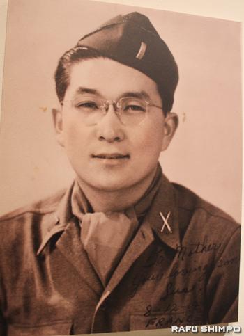 1944年8月12日、フランス戦線から母に送ったイトウさんのポートレート。写真右下には直筆で「お母さんへ。愛する息子より」と書かれている
