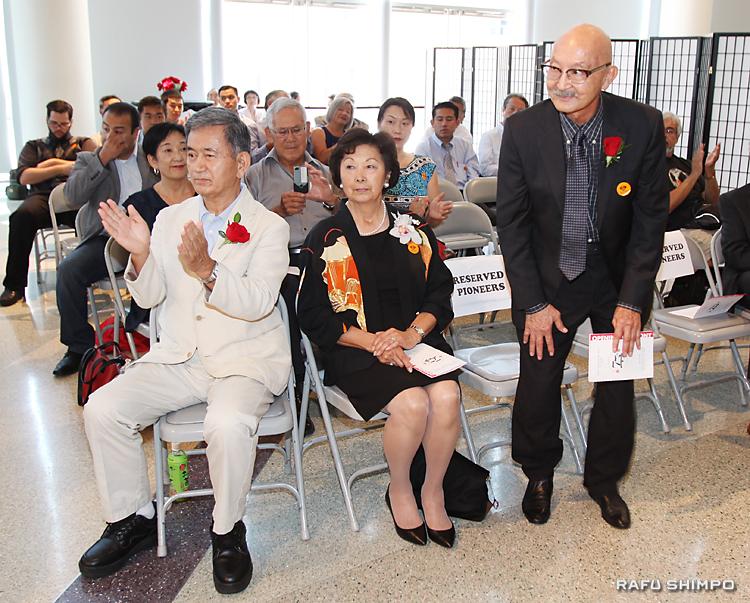 パイオニア賞受賞者の紹介。左から半田俊夫さん、猪瀬加代子さん、リチャード・ユタカ・フクハラさん
