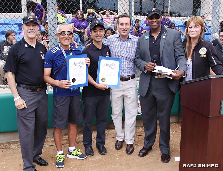 ウエストコビナ商工会議所からは、表彰状が贈られた。左から2人目が大和田誠団長、右隣がジェームズ・トマ副市長、右から2人目がフレドリック・サイクス市長