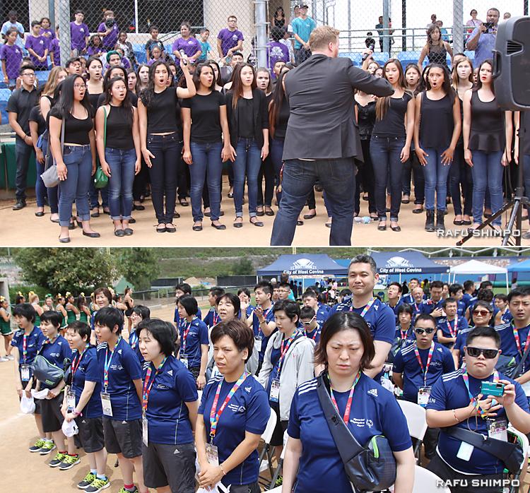 【写真上】「君が代」を斉唱するウエストコビナ高校の合唱部。指導したタイラー・ウィグルズ部長(中央)が指揮し、きれいな日本語で美声を響かせた【同下】「君が代」は日本選手団も加わり、日米の大合唱となった