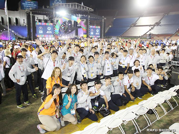 式典後に記念撮影に収まる日本選手ら