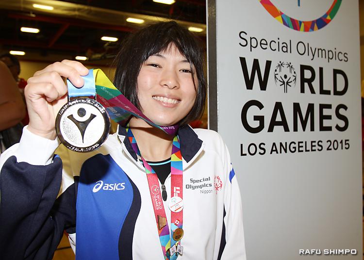 笑顔で銀メダルを披露する池本夏綺さん