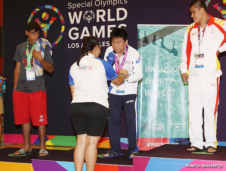 4位入賞で表彰台に立ち、首にリボンをかけられる斎藤悠希さん(中央)