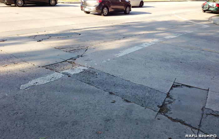 LA市内にはこうしたひび割れた道路が至る所にある