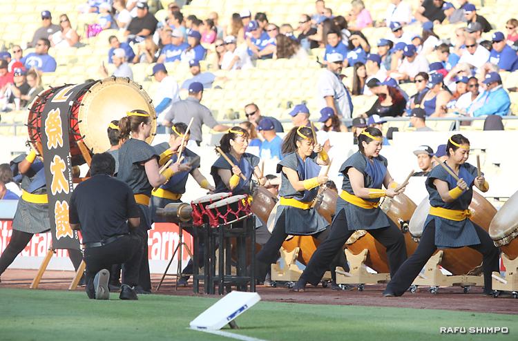 力強い演奏を披露するロサンゼルス祭太鼓