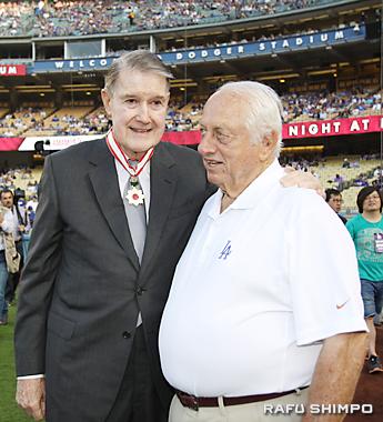 力を合わせ日米親善のために野球交流を促進したオマリー氏(左)と元監督のラソーダ氏(2008年、旭日小綬章)