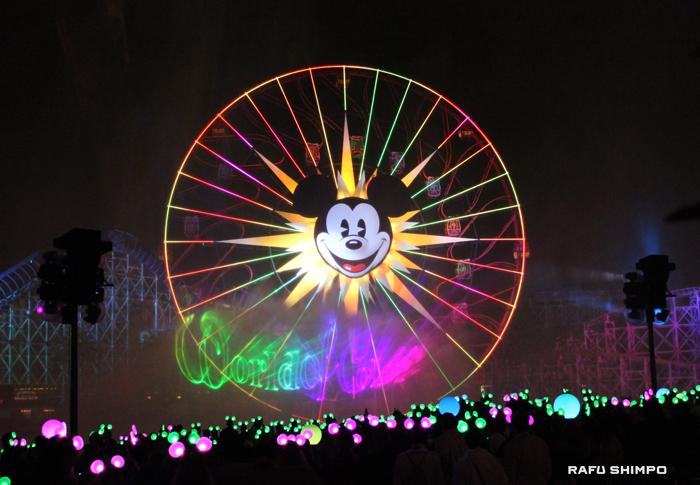 17日に開園60周年を迎えたディズニーランド。写真は多くの人で賑わう夜のショー「ワールド・オブ・カラー」