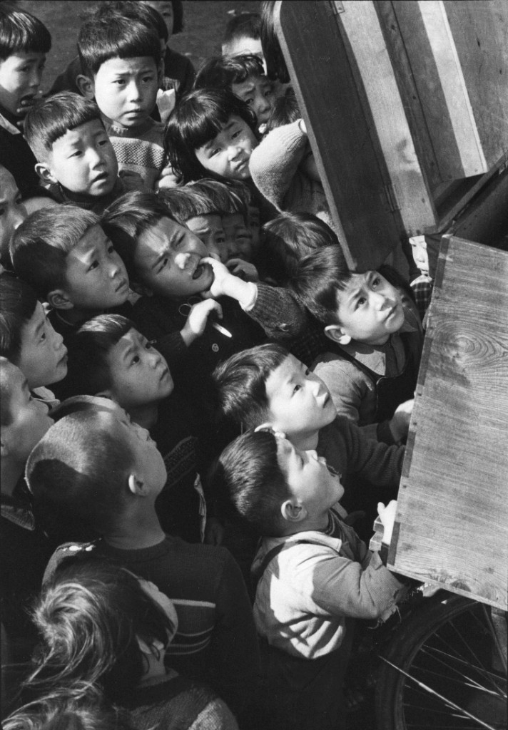 Children looking at a picture-card show. Tokyo 1953. (Ken Domon)