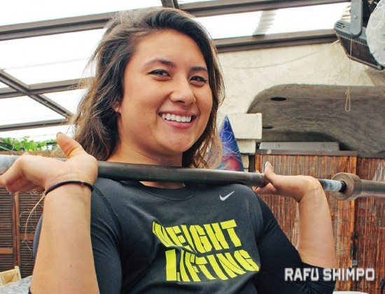Ali Ludwig shows one method of lifting a weight bar during a visit to Cherrystones restaurant in Gardena. Ludwig, 23, will compete next month at the 2015 USA Weightlifting National Championships in Dallas. (GWEN MURANAKA/Rafu Shimpo)