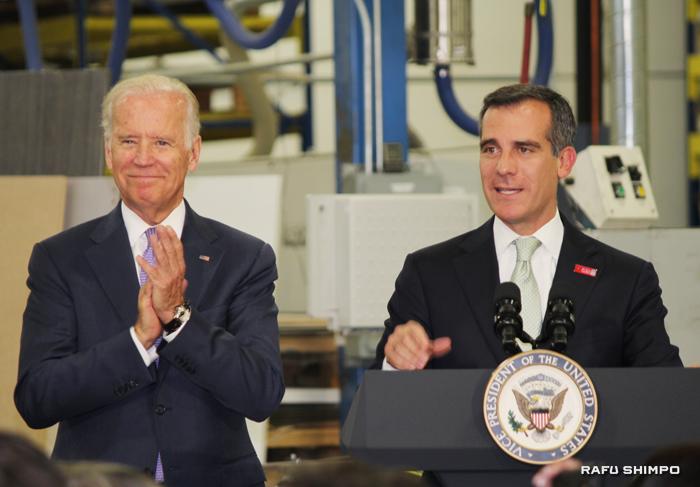 先月、最低賃金の引き上げ案が成立し、同案の重要性を述べるLA市のエリック・ガーセッティー市長(右)とバイデン副大統領