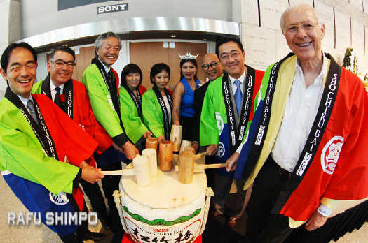 From left: Hideaki Takase (Union Bank), Terry Hara, Consul General Harry Horinouchi, Ellen Endo (Little Tokyo Business Association) Yuko Kaifu (Japan Business Association), Nisei Week Queen Tori Nishinaka Leon, Clement Hanami (JANM), George Tanaka (Union Bank) and Supervisor Mike Antonovich perform the kagami-biraki ceremony. (MARIO G. REYES/Rafu Shimpo)