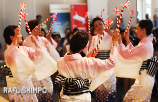"Dancers from Los Angeles Bando Ryu Japanese Classical Dance Group perform ""Sorega Daiji"" by the Daijiman Brothers. (MARIO G. REYES/Rafu Shimpo)"