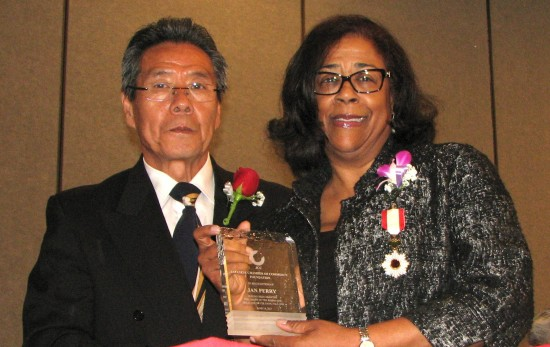 Jan Perry receives her award from JCCF President Yoshio Lee Aoki.