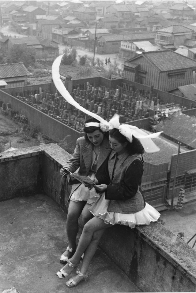 Dancers resting on the rooftop of the SKD Theatre.  Asakusa, Tokyo. (Takeyoshi Tanuma)