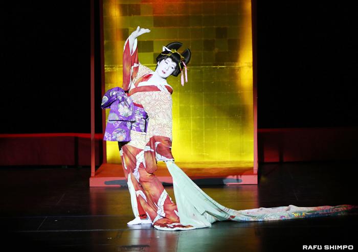 透き通るような白い肌に着物を身にまとい登場した松井誠