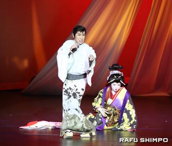 立役姿で「道行華」を歌う松井(左)と女形を演じた下町夢之丞