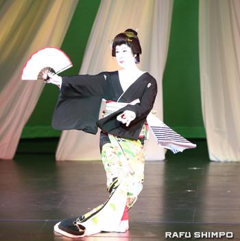 妖艶な美しさで観客魅了した松井