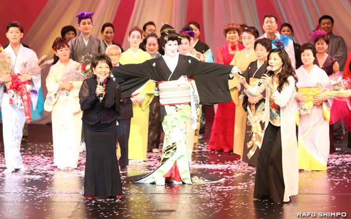 フィナーレの後に登場した今回のショーのプロデューサー・奈良佳緒里ターナーさん(左手前)と女優のタムリン・トミタ(右手前)